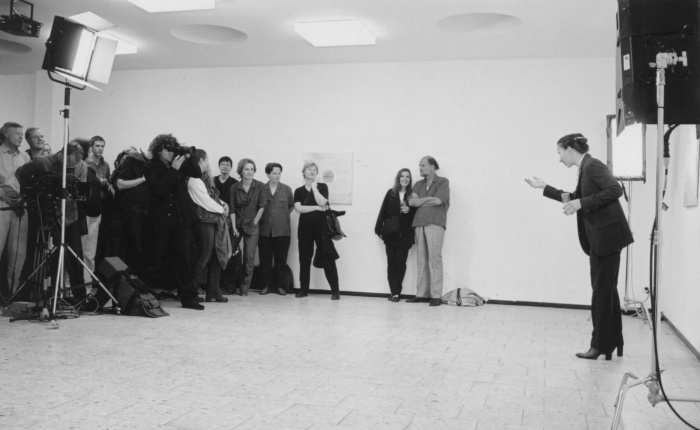 Andrea Fraser, <em>Kunst Muss Hängen</em>, Performance, Galerie Christian Nagel, Cologne 2001. Photo: Simon Vogel.